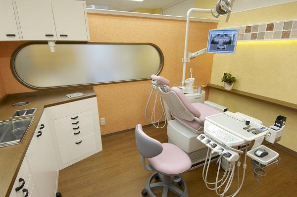 江坂駅 8番出口徒歩 1分 小林歯科クリニックの治療台写真2
