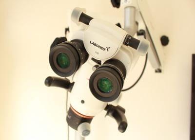 マイクロスコープを使い、肉眼ではできなかった詳細な治療を行います。