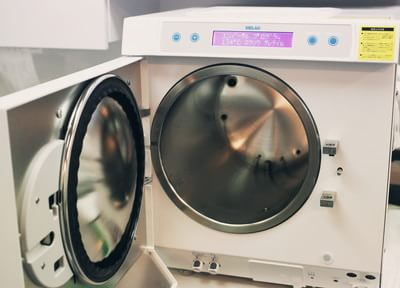 消毒室にガラス張りを採用!消毒や滅菌の過程を確認できる